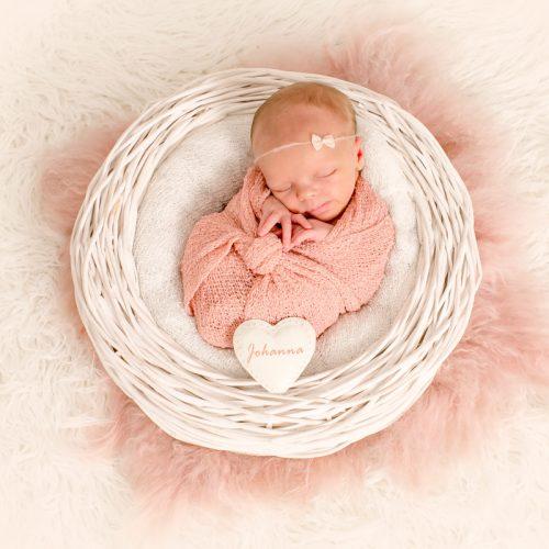 Babyfotograf in Achim und Bremen mit eigenem Fotostudio im Achim. Spezialisiert auf Neugeborenenfotos mit Accessoires.