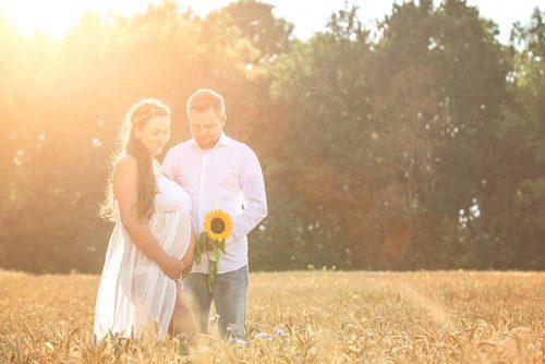 romantische Schwangerschaftsbilder und Schwangerschaftsfotos in der Natur bei Birte Wührmann Fotografie im Schwangerschaftskleid in Achim bei Bremen und in der Nähe von Verden und Rothenburg